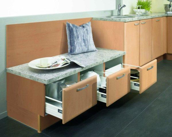Кухня и прихожая вместе, дизайн гарнитура ящики для хранения посуды могут быть встроены в сиденье