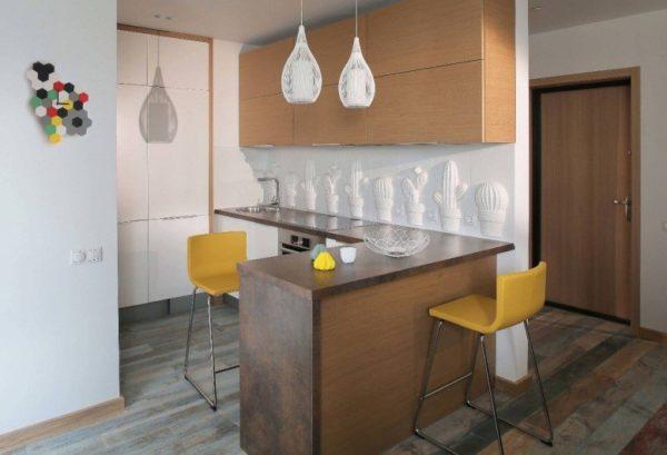Кухня в прихожей, дизайн с зонированием