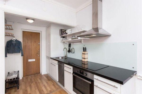 Кухонный гарнитур после перепланировки оказался в комнате