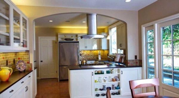 На фото - дизайн кухни прихожей в частном доме