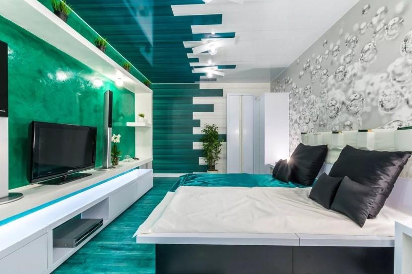 Натяжной плёнкой можно отделать не только потолок, но и стену